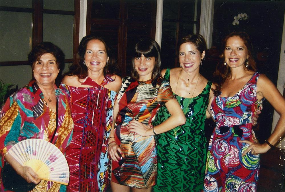 Entre primas, mãe e irmã, todas vestindo Neon, no Natal de 2009