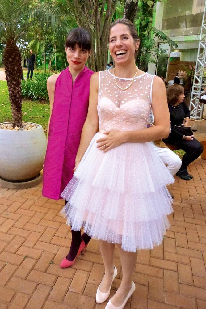Rita e a irmã Joana, usando vestido de noiva criado para o casamento
