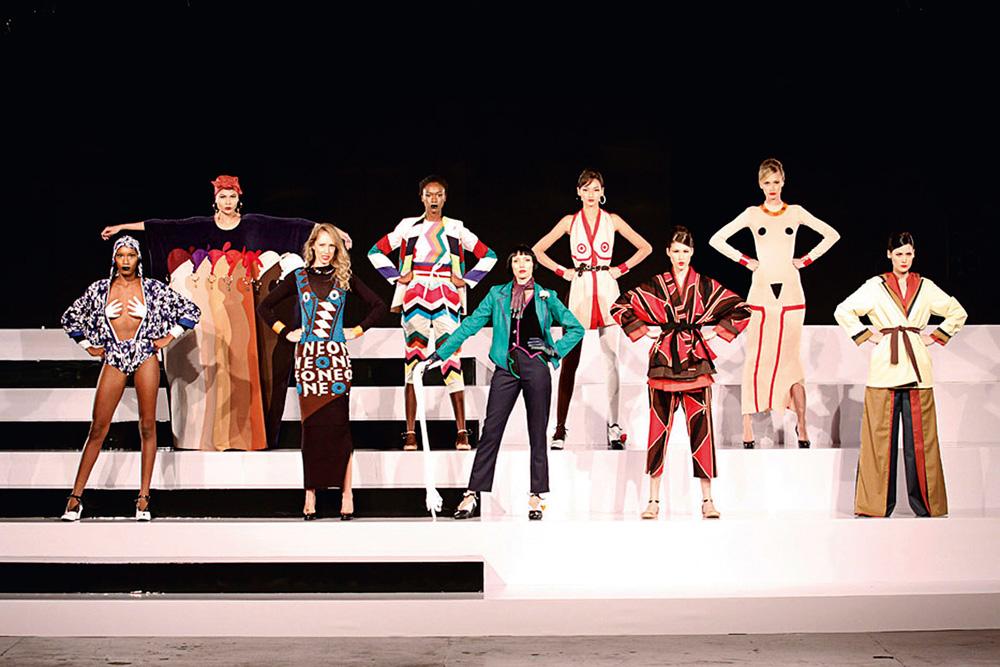 Modelos apresentam a coleção surrealismo, no São Paulo Fashion Week Inverno 2011