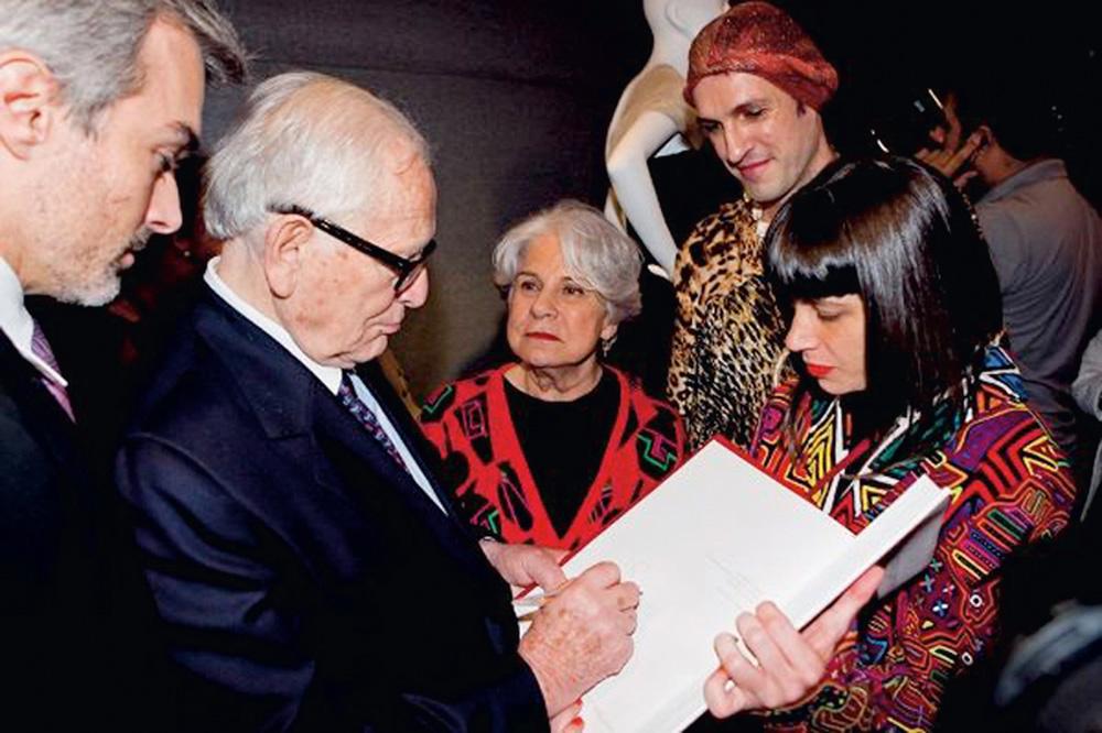 Entre Dudu, a mãe e o estilista Pierre Cardin