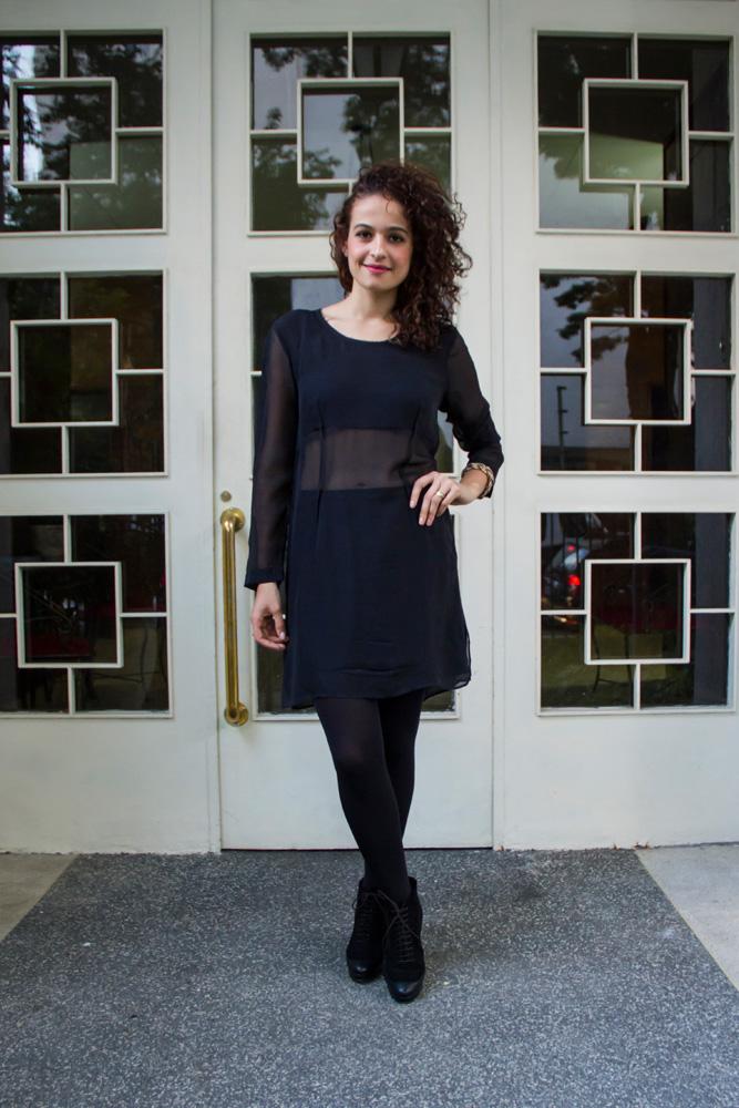 """Quinta-feira, 9h - """"O look de hoje também é preto, porque terei um almoço com algumas editoras para apresentar a nova coleção da marca para a qual trabalho.""""  Vestido de seda Zara / Sapato comprado em Nova York"""