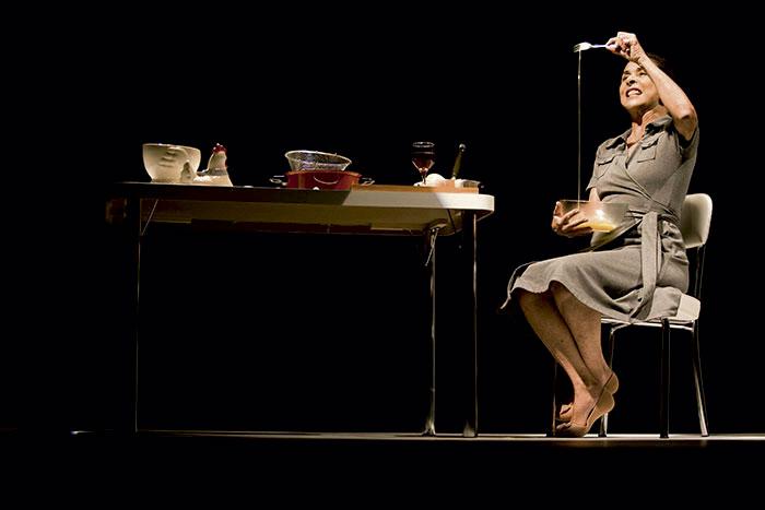 No teatro, fazendo o monólogo Shirley Valentine