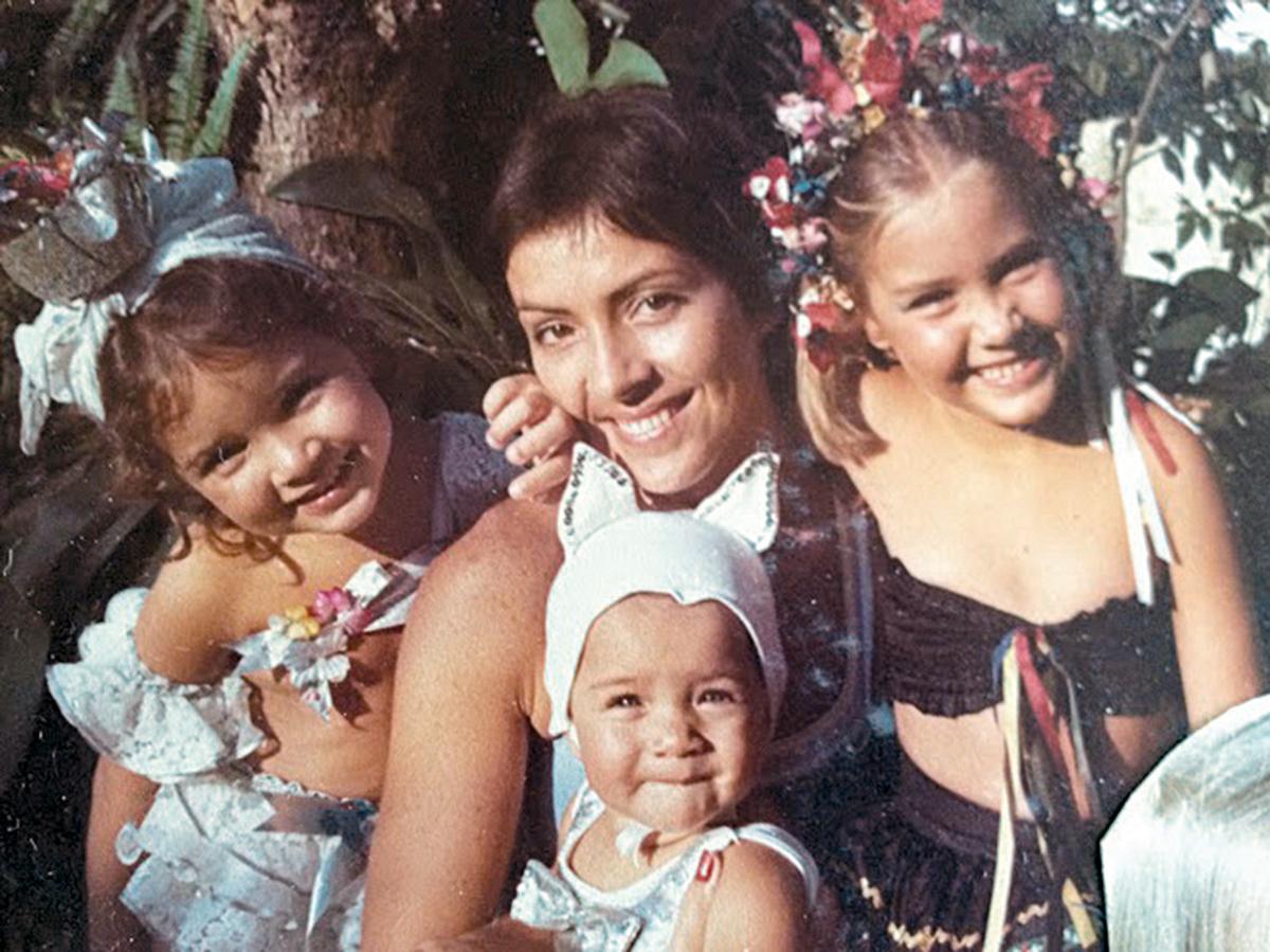 Com a mãe Elisabeth, e as irmãs Carlota e Ana Barbara