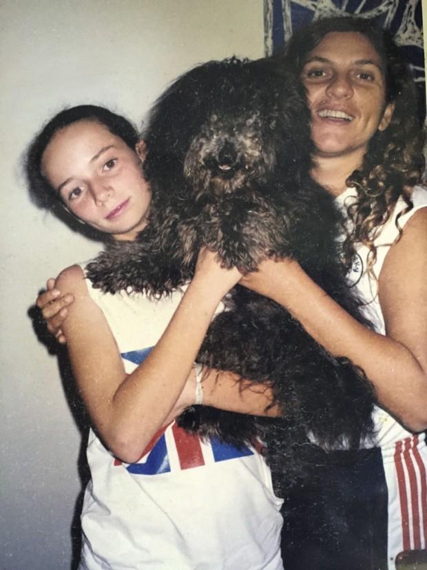 Maria Eugênia, sua segunda mãe, Ruth Slinger, e o cão Love e (1995)