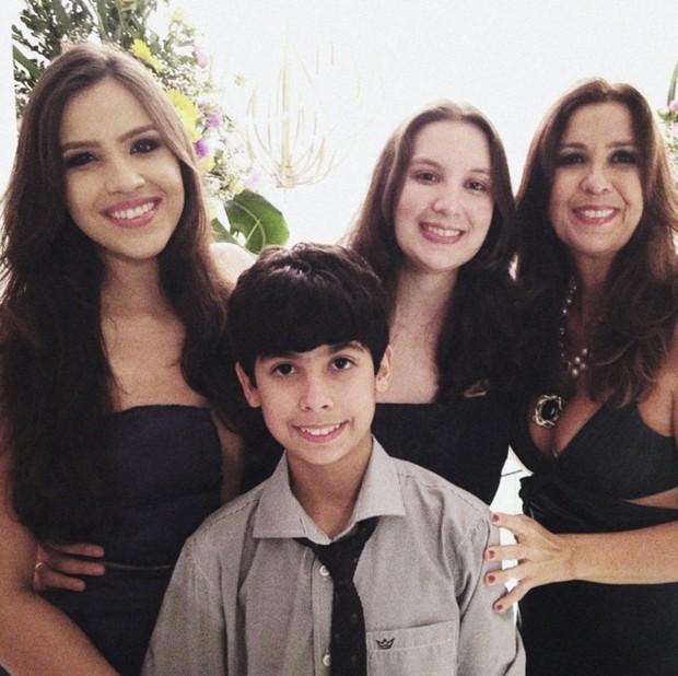 Mônica e os filhos Ludimilla, Rafaella e Matheus