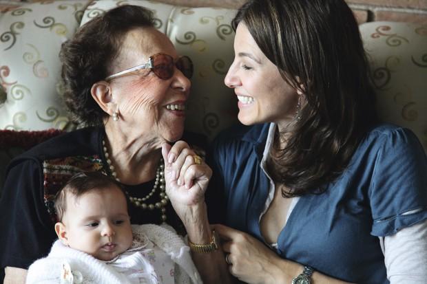 A avó Cilú e Estela, junto com a sobrinha da diretora