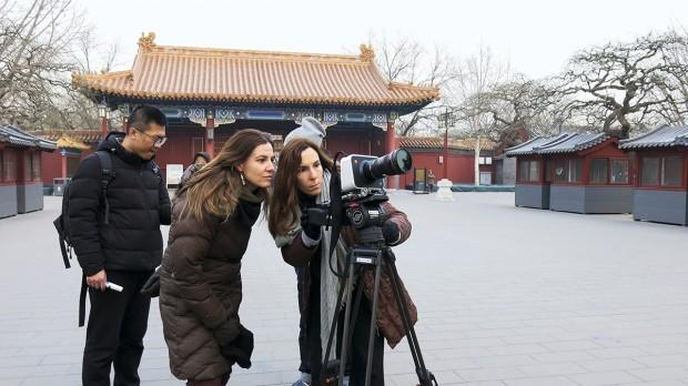 Estela e equipe nas gravações de Be, na China