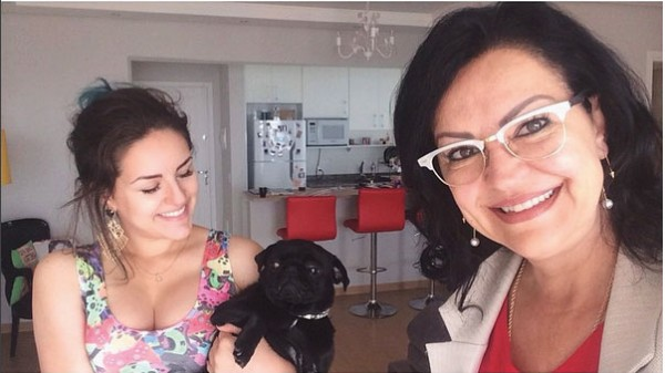 Kéfera e Zeiva, sua mãe, na presença da cachorrinha Vilma