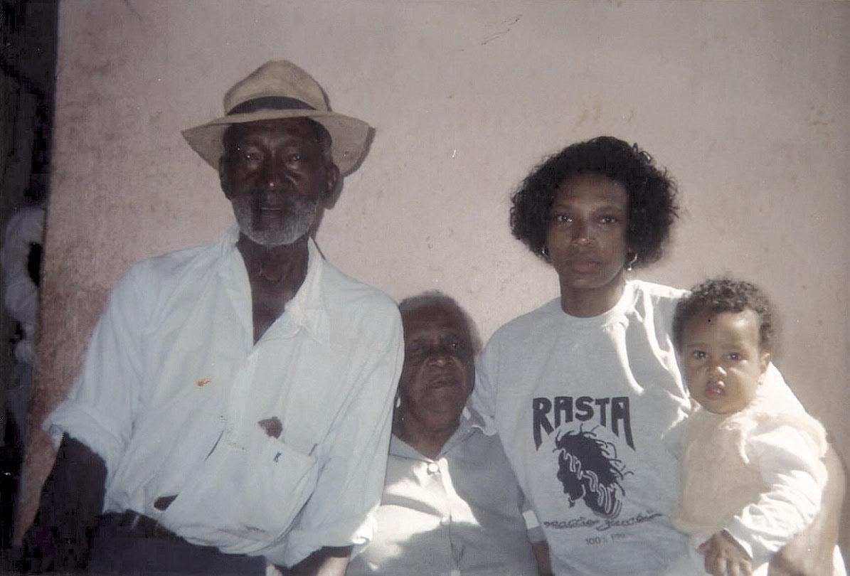 Com Jorge no colo e os bisavós dele em 1997