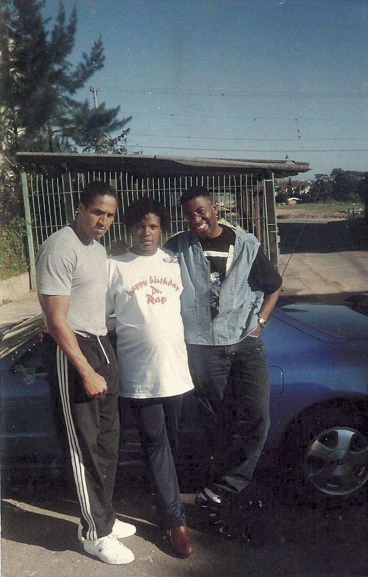 Grávida entre Mano Brown e o cantor Netinho em 1996