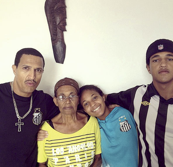 Mano Brown, a mãe dele, Ana, e os filhos