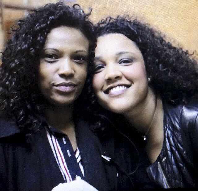 """Com Juliana  Vicente, diretora do clipe de """"Mil faces de um homem leal (Marighella)"""""""