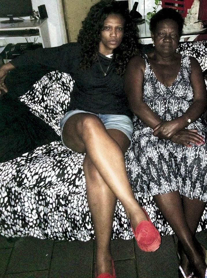 Com a mãe, Cida