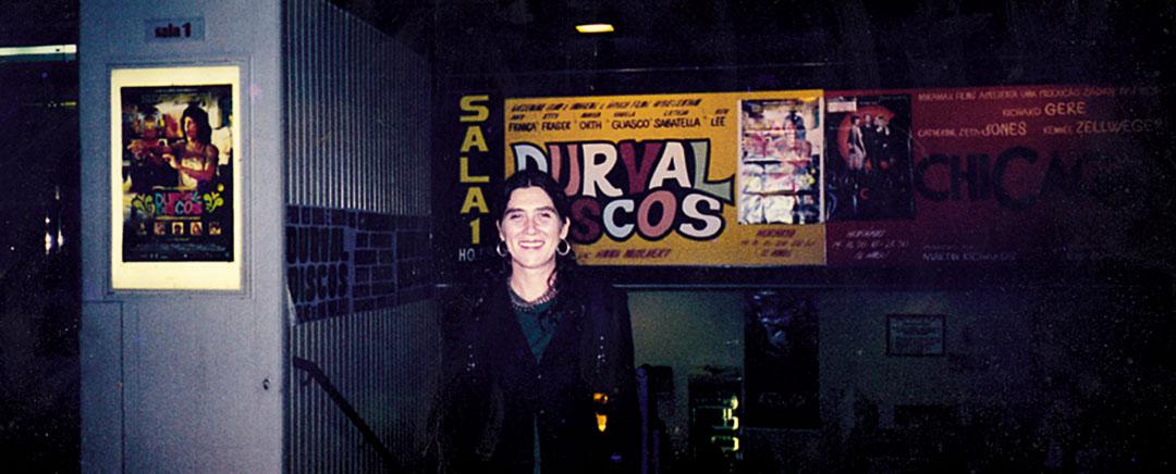 Em frente ao cartaz de Durval Discos