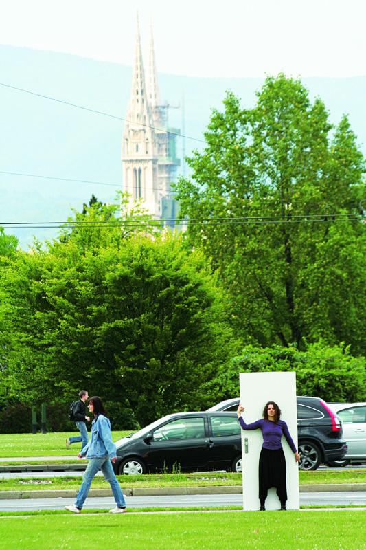 Ana e a Catedral: as portas atravessam a cidade