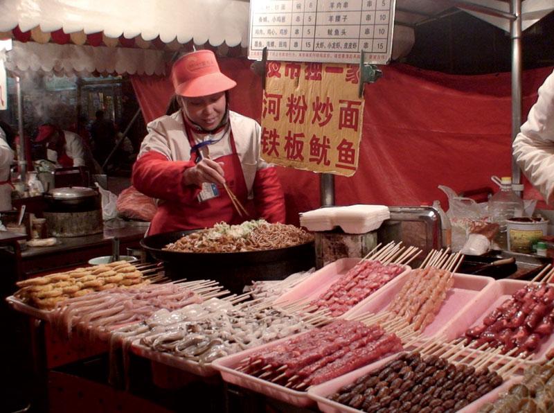 Feira noturna de comida nas ruas de Pequim