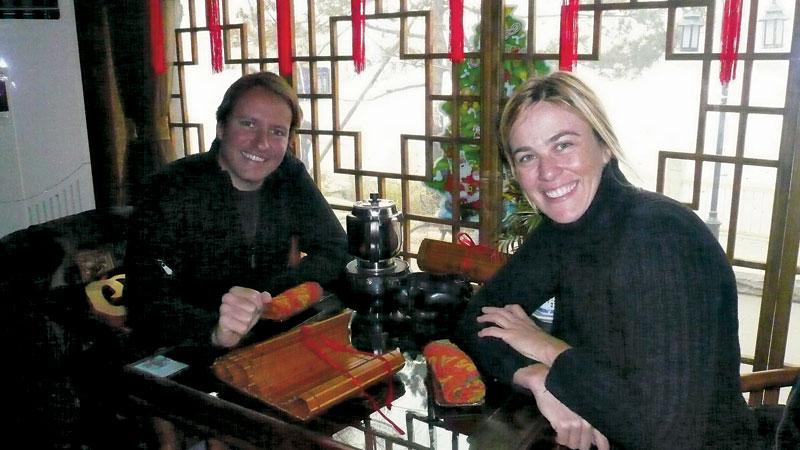 O casal e o ritual do chá, em Hou Hai, o bairro dos karaokes