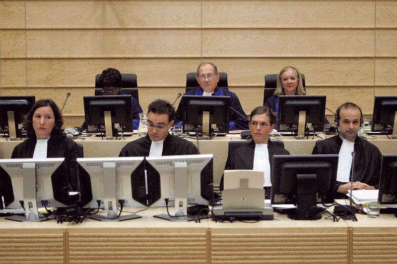 Com os colegas em uma das audiências do TPI