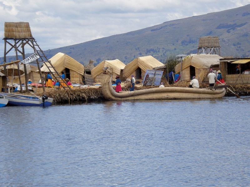 A caminho da Bolívia, vi as ilhas flutuantes no lago Titicaca, no Peru