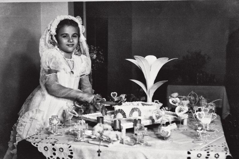 Aos 8 anos, depois da primeira comunhão: o vestido foi feito pela mãe e as rendas, pela bisavó