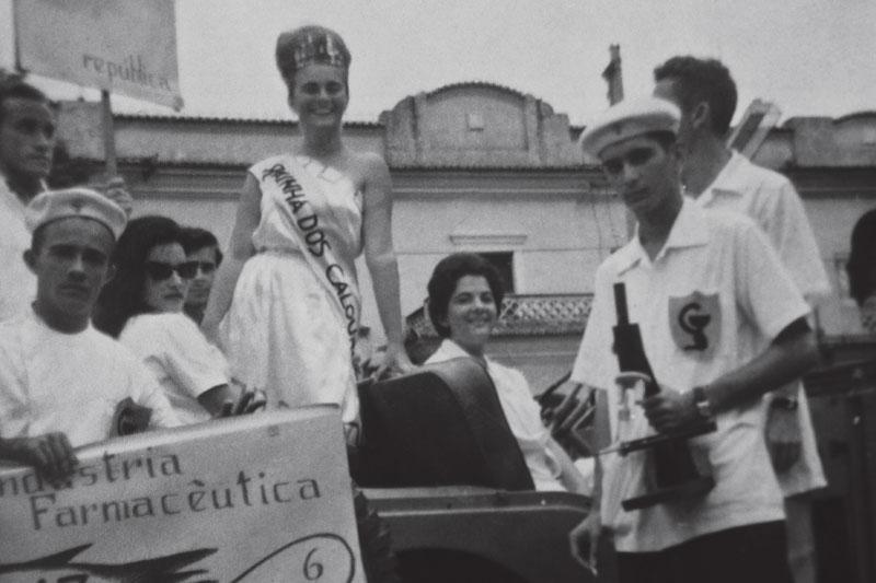 Maria da Penha, eleita a Rainha dos Calouros, ingressa no curso de farmácia e bioquímica, em 1962