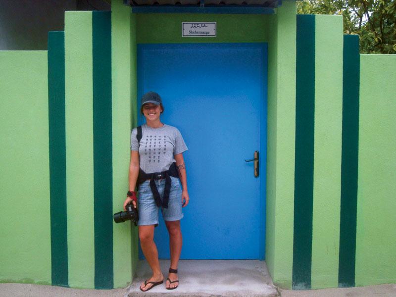 Com a câmera em punho no vilarejo que tem uma fábrica da Coca-Cola