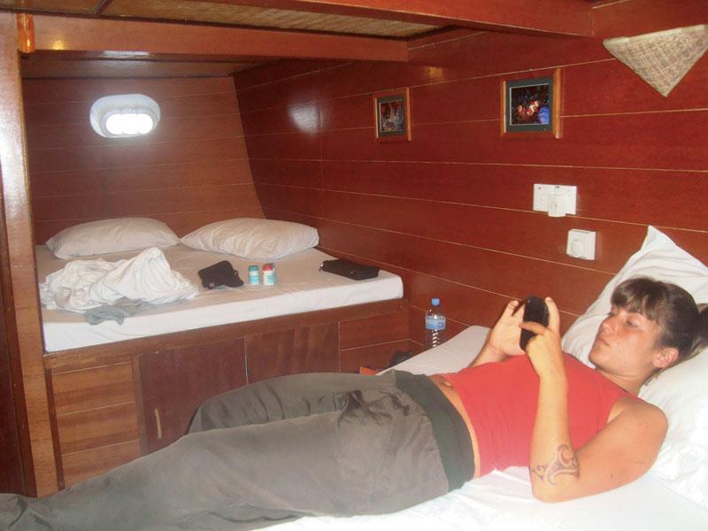 Letícia no quarto que dividiu com a amiga dentro do barco