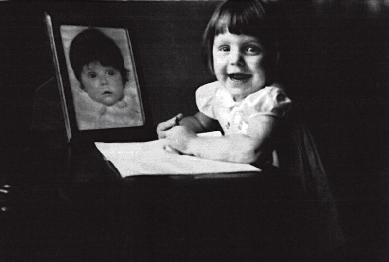 Adriana na foto e ao vivo: aos 3 anos, já se divertia com papel e lápis na mão, na casa da tia Dazinha,