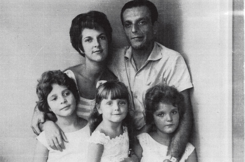 Entre as irmãs, Rosina e Patrícia, com a mãe e o pai, em 1963