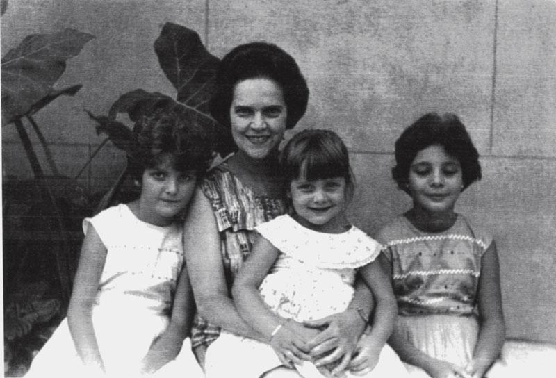 Com as irmãs, no colo de Dazinha, em 1975