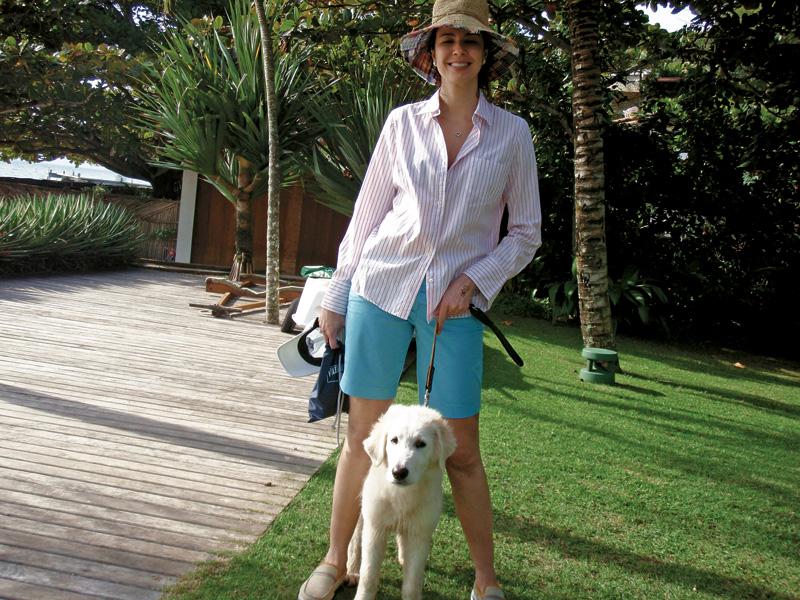 Com Mussolino, um de seus três cachorros, em Ilhabela (SP)