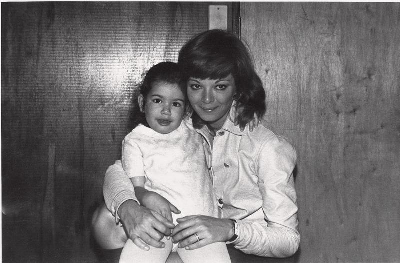 Luciana no colo da mãe, a atriz Vera Gimenez