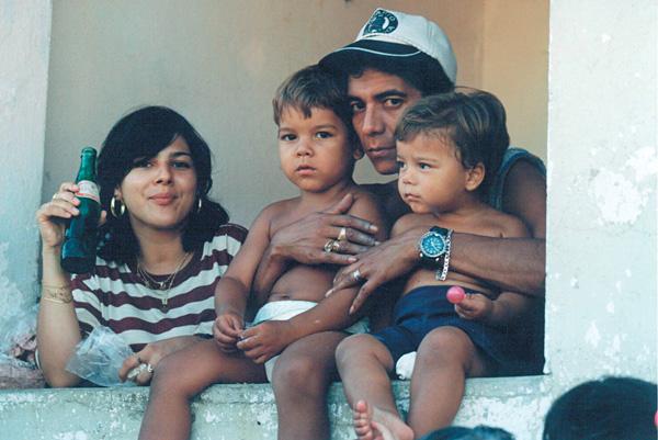 Com a mulher e os filhos Eduardo e Louiz