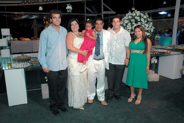 Na comemoração dos 20 anos de casamento: Da esq. para a dir., Eduardo, Mônica com a caçula, Maria Eduarda, no colo, Zeca, Louiz e Eliza