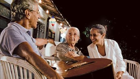 Na casa da mãe, dona Canô, com ela e a irmã Maria Bethânia
