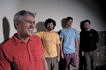 O trio musical da Banda Cê, que acompanha Caetano