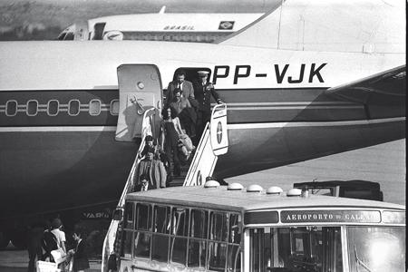 1972, desembarcando no aeroporto do Galeão, no Rio, depois de três anos de exílio em Londres