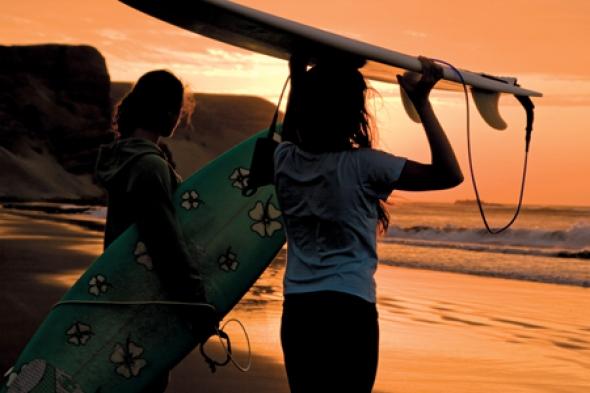 """Stephanie (à dir.), filha de Roberta, e a amiga Katrin. """"Chegamos no pôr do sol e enlouquecemos ao ver as linhas entrando na baía em Point"""""""