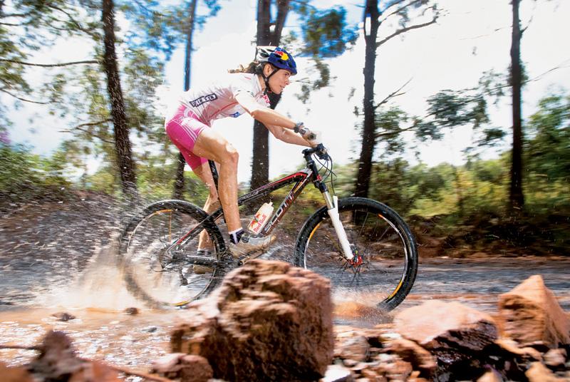 Competindo com a bike no Rio. Ela é única mulher que participou das duas Olimpíadas: de verão e inverno