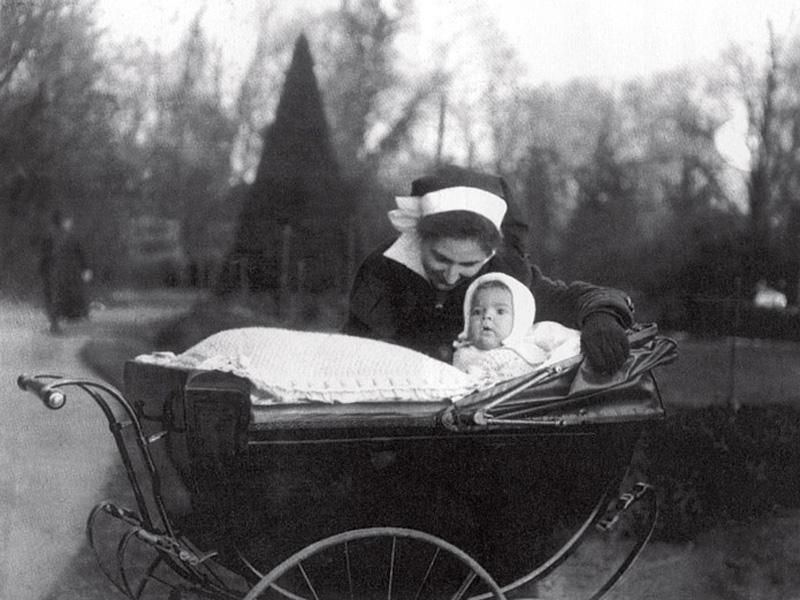 """Lily, com 1 ano, em Paris, com """"minha nurse elegante em meu belo landau"""""""