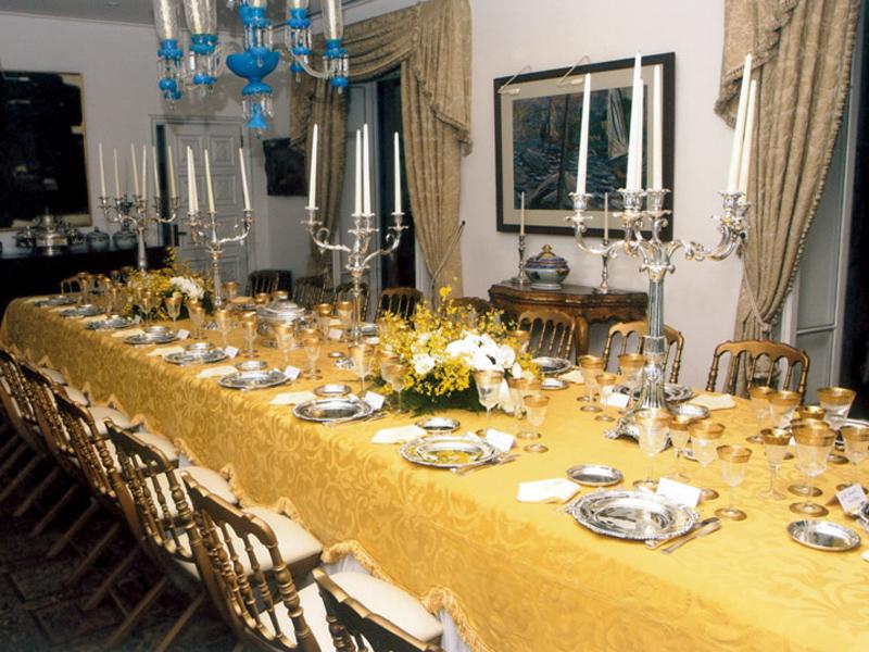 Na sala de jantar da mansão do Cosme Velho, a mesa posta para o jantar de comemoração dos 200 anos da família real, em 2008