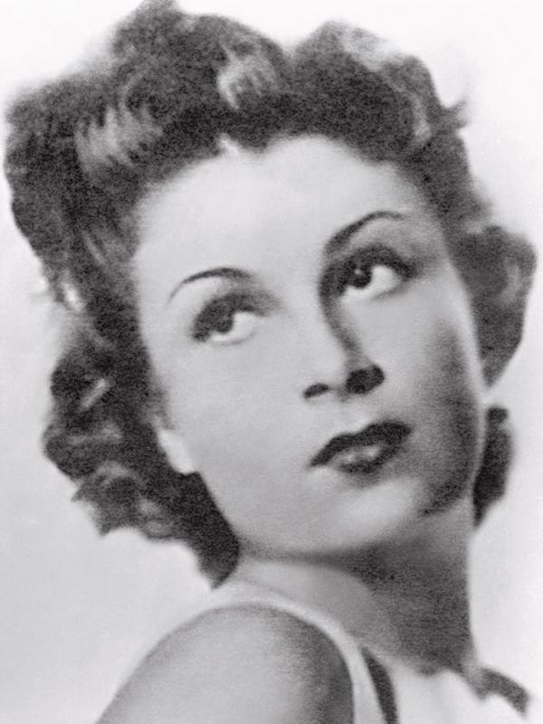 Aos 16 anos, num conservatório de teatro na França. No ano seguinte, Lily seria eleita a primeira Miss Paris