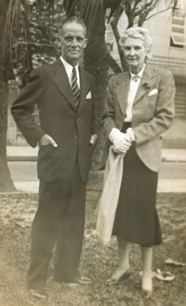 Pais de Lily na praça do Lido, no Rio de Janeiro, na década de 40, a primeira e única visita do pai