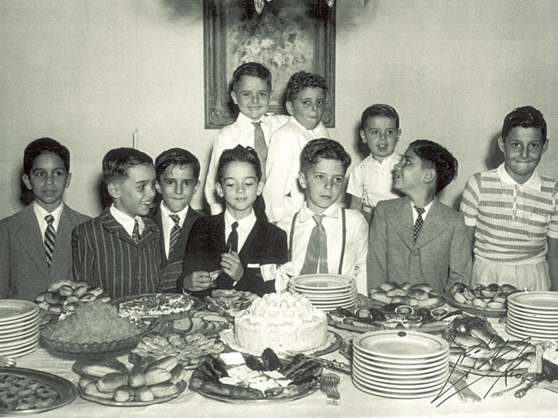 Horacinho (de terno preto, ao centro), o filho de dona Lily morto aos 26 anos num acidente de carro, em seu décimo aniversário