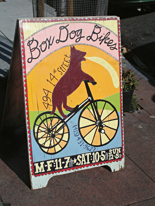 A placa da loja-oficina-clube Box Dog Bikes, onde você se filia e conserta sua bike