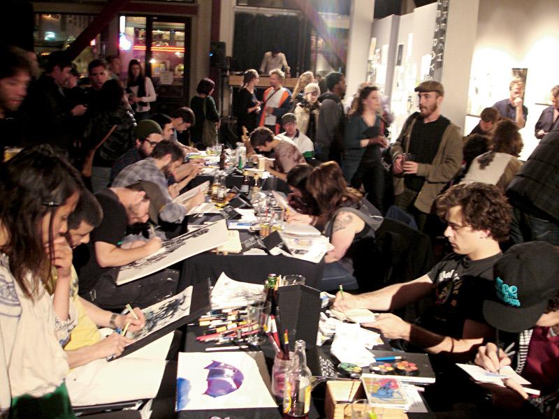 Artistas na Sketch Tuesdays da 111 Minna Gallery, uma das noites mais divertidas de lá