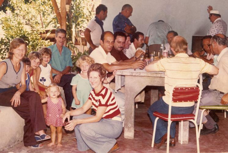 Bárbara, de rosa, no churrasco de família em dia de eleição do pai, em Campo Bom