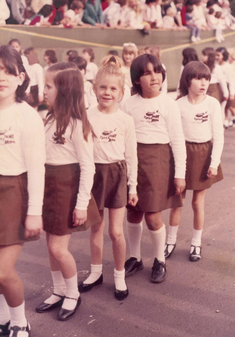Aos 7 anos, de chuquinha no desfile da escola