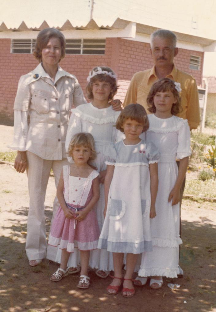 o quinteto Paz: a mãe, Iray, o pai, Oripe (hoje nome de rua na cidade), as irmãs, Adriane, Daniela, Silvana, e a caçula, também de rosa
