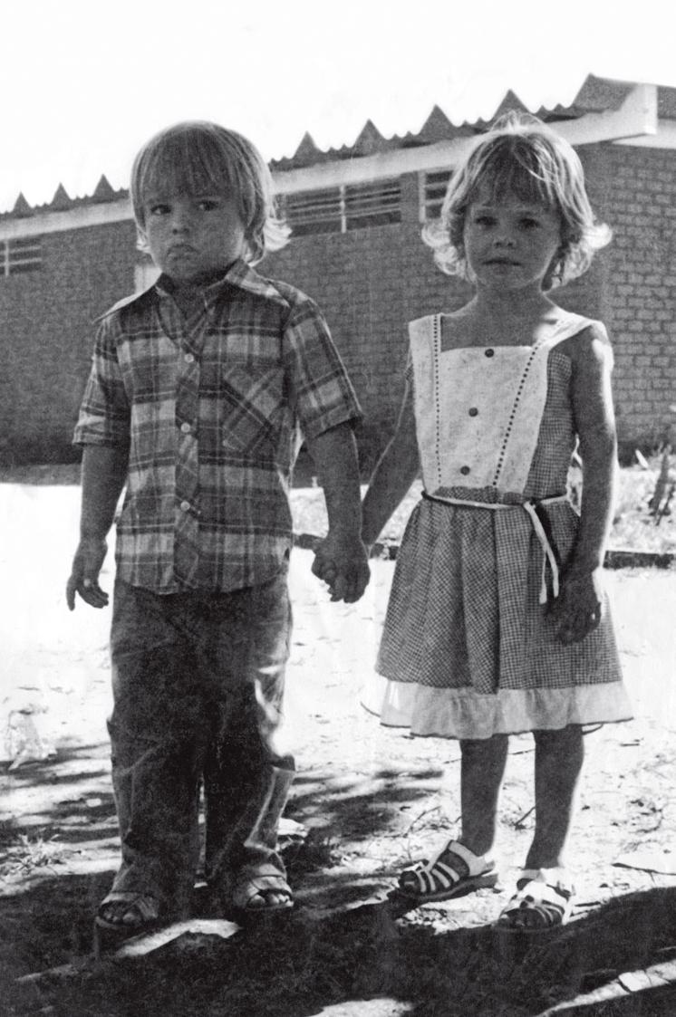 Aos 4 anos com Fabinho, namoradinho da época
